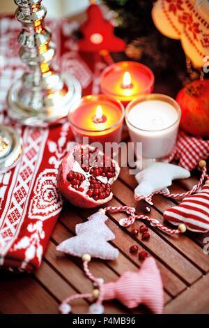 Granatapfel auf einem Holztisch mit Weihnachten Dekoration - Stockfoto