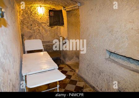 Medizinische Zimmer mit Baby/Kind/Kinder Kinderbett im Luftschutzbunker Tunnel / Tunnel innen / U-Bahn an der Malta im Krieg Museum, Malta (91 - Stockfoto