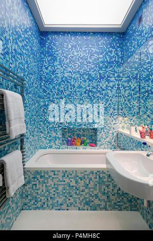 Blaue mosaik gefliesten badezimmer mit blauen badewanne for Kacheln badezimmer