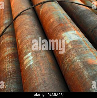 Diagonaler Sicht der rostigen Rohren im Stapel - Stockfoto