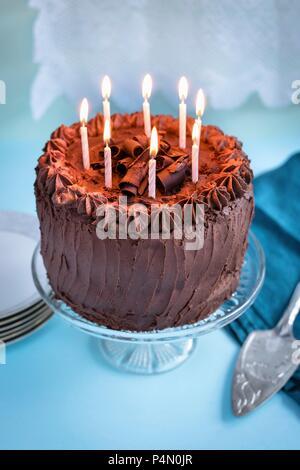 Schokolade Kuchen mit 8 Kerzen auf der Torte stand - Stockfoto