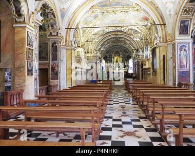 Historische Interieurs von Madonna del Sasso Kirche mit Holzmöbeln ...