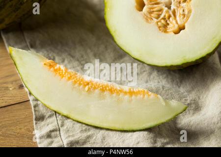 Raw Green Bio Santa Claus Melone bereit zu Essen - Stockfoto