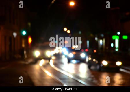 Verschwommen Nacht Szene der Verkehr auf der Fahrbahn. Defokussierten Bild des Autos Reisen mit leuchtenden Scheinwerfern. Bokeh Kunst - Stockfoto