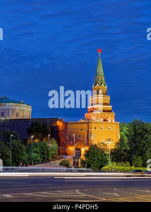 Borovitskaya Turm des Moskauer Kreml beleuchtet in der Abenddämmerung. Moskau, Russland. - Stockfoto