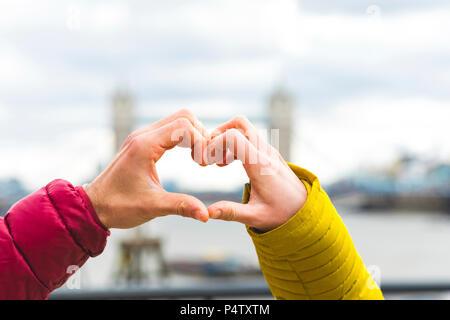 UK, London, die Hände des jungen Paares in der Liebe die Herzen, close-up - Stockfoto