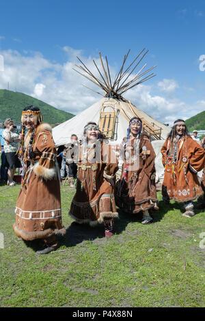 Gruppe der Frauen in den nationalen Kleidung Ureinwohner Kamtschatkas Ausdruck tanzen in der Nähe von yaranga. Öffentlichen Konzert nationalen Folklore Gruppe - Stockfoto
