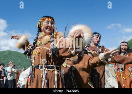 Frauen in den nationalen Kleidung Ureinwohner Kamtschatkas Ausdruck tanzen. Öffentlichen Konzert nationalen Folklore Gruppe auf Fishermans Tag - Stockfoto