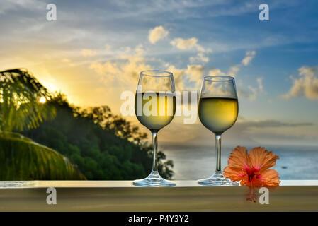 Romantische Momente im Sommer bei Sonnenuntergang mit zwei Gläser ...