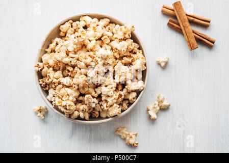 Popcorn gewürzt mit Zimt und Zucker, Birke - Stockfoto