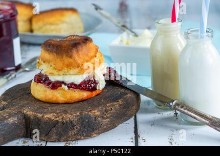 Traditionelle englische Scones mit Marmelade und Clotted Cream - Stockfoto