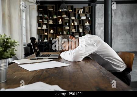 flache innenraum mann reifen 35 40 dunklen haaren fragment gesicht nase auge offen breite. Black Bedroom Furniture Sets. Home Design Ideas