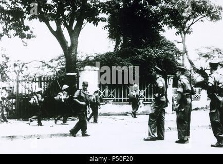 Erste Indochina Krieg. 1946-1954. Besetzung von Haiphong durch die Viet Minh Soldaten unter Überwachung der Gendarmerie. 19. Mai 1955. - Stockfoto