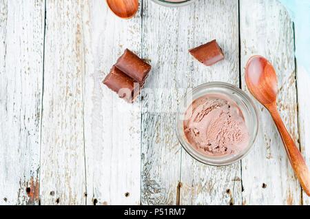 Schokolade Eis Kugel in einer Schüssel auf einem weißen rustikalen Tisch. Kopieren Sie Platz. - Stockfoto