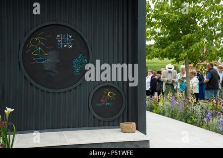 Die Menschen Garten Spielplatz Tafeln & Pflanzen - Ccla: eine Familie Garten, RHS Flower Show, Chatsworth Chatsworth House, Derbyshire, England, UK. - Stockfoto