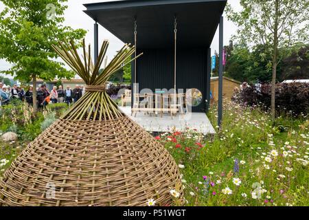 Menschen sehen Pavillion, wunderschöne Wildblumen & rattan Garten - Ccla: eine Familie Garten, RHS Chatsworth Flower Show, Derbyshire, England, UK. - Stockfoto