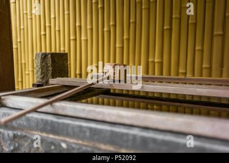 Stille am Wasserbecken am Eingang von einem Schrein in Japan für die riual Temizuya Reinigung - 2 - Stockfoto