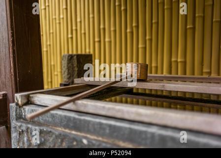 Stille am Wasserbecken am Eingang von einem Schrein in Japan für die riual Temizuya Reinigung - 3 - Stockfoto