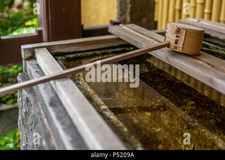 Stille am Wasserbecken am Eingang von einem Schrein in Japan für die riual Temizuya Reinigung - 4 - Stockfoto