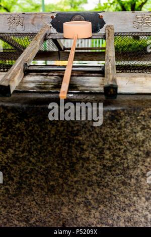 Stille am Wasserbecken am Eingang von einem Schrein in Japan für die riual Temizuya Reinigung - 7. - Stockfoto