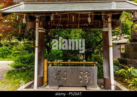 Stille am Wasserbecken am Eingang von einem Schrein in Japan für die riual Temizuya Reinigung - 12. - Stockfoto