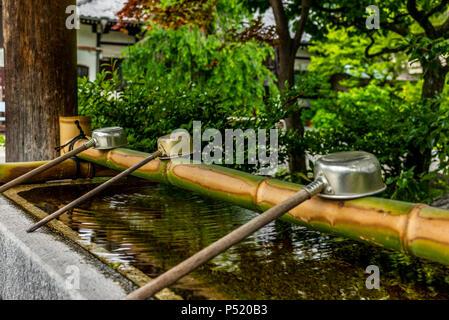 Stille am Wasserbecken am Eingang von einem Schrein in Japan für die riual Temizuya Reinigung - 14. - Stockfoto