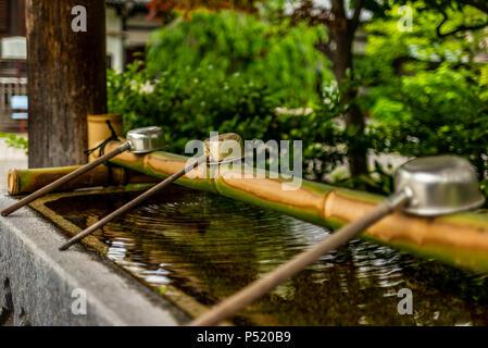 Stille am Wasserbecken am Eingang von einem Schrein in Japan für die riual Temizuya Reinigung - 15. - Stockfoto
