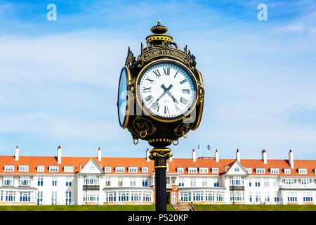 Reich verzierte Uhr außerhalb der Trumpf Turnberry Hotel und Golf Complex, Turnberry, Ayrshire, Schottland - Stockfoto