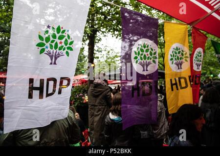 Berlin, Deutschland. 24. Juni, 2018. Flaggen der Kurdischen Partei HDP winken Vor auf ein Restaurant in Kreuzberg. Die Leute waren nach der Berichterstattung über die Präsidentschafts- und Parlamentswahlen in der Türkei. Credit: Paul Zinken/dpa/Alamy leben Nachrichten - Stockfoto