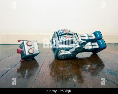 Jahrgang bot verlor seinen Kopf auf einem alten Holzboden mit Reflexion - Stockfoto