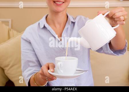 Frau trinkt eine Infusion - Stockfoto