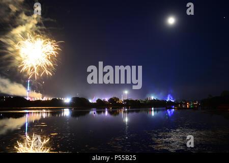 Feuerwerk in der letzten Nacht von der Insel Wight Music Festival am Newport, Isle of Wight, Großbritannien. 24. Juni, 2018. Quelle: Matthew Blythe/Alamy leben Nachrichten - Stockfoto