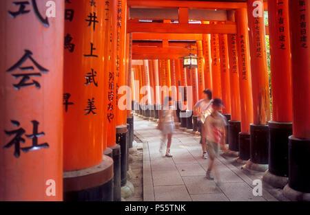 Torii-Tore im Fushimi Inari-Taisha Sanctuary, Kyoto, Japan - Stockfoto