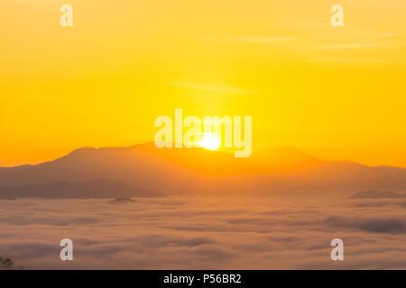 Nebel über dem Berg im tropischen Regenwald und den wunderschönen Sonnenaufgang Landschaft in Phang Nga Tal - Stockfoto