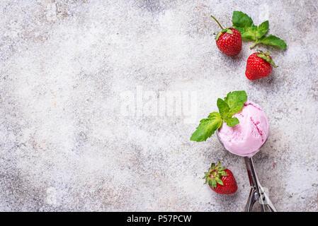 Kugel Erdbeereis in Schaufel - Stockfoto