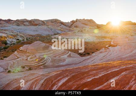 Der Brand Wave, eine von vielen Funktionen von versteinerten Sanddünen erstellt der einzigartigen Landschaft des Valley of Fire State Park im südlichen Nevada erstellen über - Stockfoto
