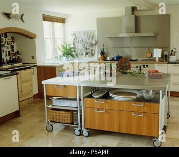 kalkstein b den in moderne wei e k che mit gro en edelstahl amerikanische k hl. Black Bedroom Furniture Sets. Home Design Ideas