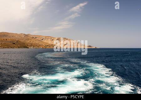 Ein Blick auf die griechische Insel und Wellen und Spritzer von Katamaran in der Ägäis im Sommer - Stockfoto