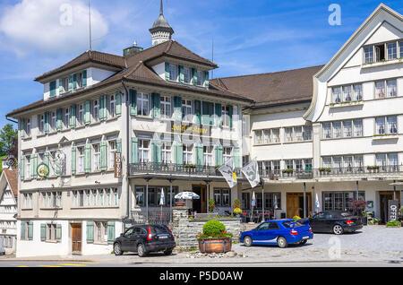 Das HOTEL ZUR KRONE auf dem Dorfplatz von Gais, Appenzell Ausserrhoden, Schweiz. - Stockfoto