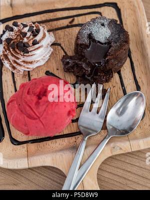 Schokolade lava Kuchen mit Eis und Schokoladensauce - Stockfoto