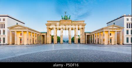 Panorama des berühmten Brandenburger Tor (Brandenburger Tor), eines der bekanntesten Wahrzeichen und nationale Symbole Deutschlands, im schönen goldenen mo - Stockfoto