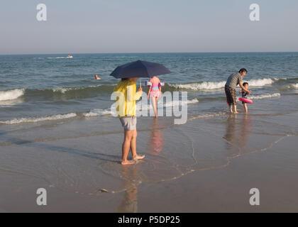 Touristen am Strand, Provinz Prachuap Khiri Khan, Hua Hin, Thailand, Asien. - Stockfoto