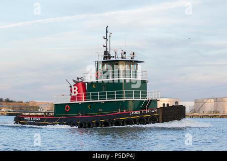 Thomas J. Braun & Söhne grün Tug Boat James E. Brown nach Osten auf den Kill Van Kull; New York Harbor, USA - Stockfoto