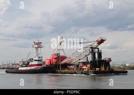 Wochen Marine Schlepper Katherine Richtung Osten auf den New Yorker Hafen mit Wochen 551. - Stockfoto