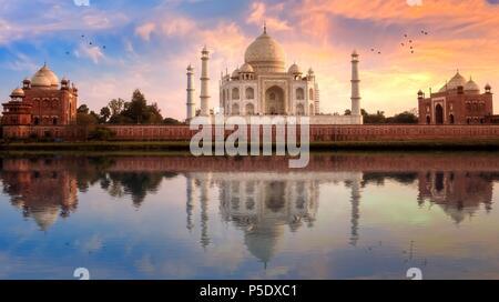 Taj Mahal in Agra, mit Blick von Ost und West Gate bei Sonnenuntergang mit Wasser Reflexion. - Stockfoto