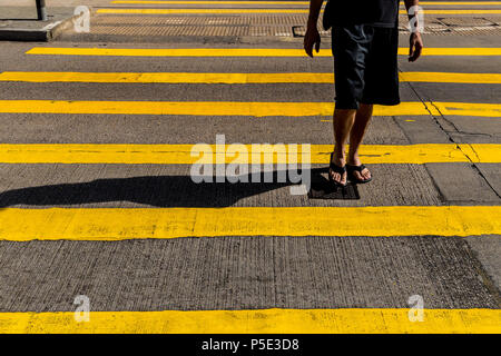 Touristische Mann in Shorts und Sandalen Crossing Road in Hongkong - Stockfoto