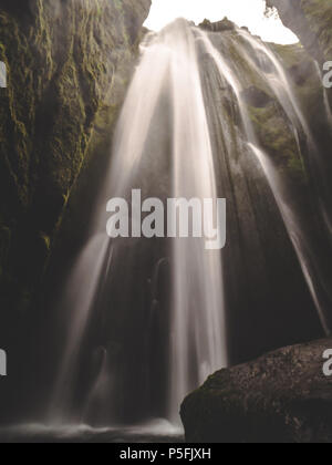 Gljufrabui geheimen Wasserfall in Island glatte Langzeitbelichtung bemoosten Felsen - Stockfoto