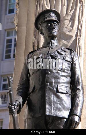 London Truppen Krieg Denkmal vor dem Royal Exchange (ein luxuriöses Einkaufszentrum über Bank Station), London, England, UK, PETER GRANT - Stockfoto