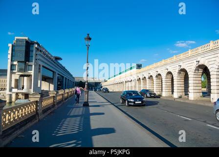Pont de Bercy und Le Ministère de l'Economie et des Finances, Ministerium für Wirtschaft und Finanzen auf Seine, Paris, IDF, Frankreich - Stockfoto