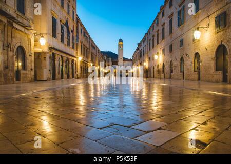 Klassische Panoramablick auf den berühmten Stradun, die Hauptstraße der Altstadt von Dubrovnik, in schöner Morgendämmerung vor Sonnenaufgang in der Morgendämmerung im Sommer Stockfoto
